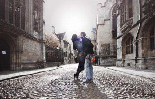 Ljubili se na ulici, pa morali da plate kaznu: Kad je policajac otišao, usledila je prejaka reakcija