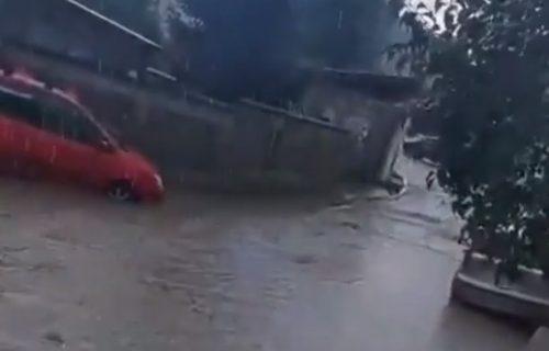 Kiša BLOKIRALA Beograd: Naselje Vojvode Vlahovića odsečeno od sveta, automobili PLIVAJU (VIDEO)