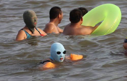 Da li će ovako izgledati BUDUĆNOST na plaži? Ljudi nose čudne maske, a razlog je JEZIV (FOTO)