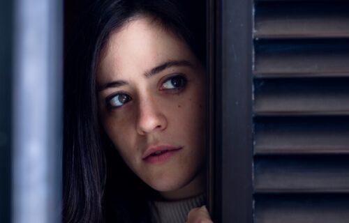 Pretukla komšiju metlom misleći da je špijunira sa prozora: Kad je videla ŠTA je radio, slošilo joj se