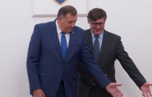 Dodik odbio da stane pod zastavu BiH: Palmer mu rukama pokazao gde da pređe, on mu UZVRATIO (FOTO)