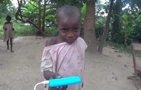 """Upomoć, on je ĐAVO!"": Devojčica iz sela prvi put videla BELOG čoveka, pa se prestravila (VIDEO)"