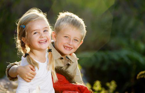Pazite KOLIKU količinu odgovornosti ćete mu dati: Da li starije dete treba da ČUVA mlađe?