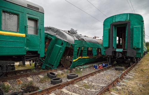 DRAMA kod Kraljeva: Putnički voz izleteo iz šina, pa udario u STENU