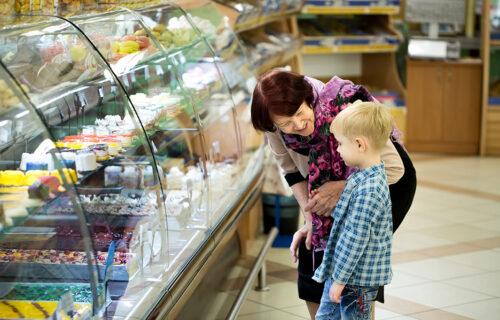 Baka i unuk iz Čačka došli u prodavnicu po hleb i PAŠTETU, a ono što je usledilo će vas RASPLAKATI
