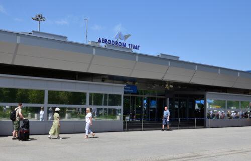 Putnici ZAROBLJENI na aerodromu u Tivtu: Let za Beograd kasni sedam sati - ljudi KOLABIRAJU zbog vrućine