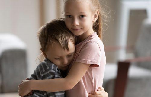 To je znak da mu fali PAŽNJA: Šta treba da radite kada je starije dete LJUBOMORNO na brata ili sestru?