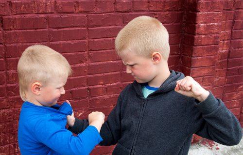 """""""Udario sam ga, ne jako"""": Dečaci odlučili da traže OPROŠTAJ od roditelja - njihovo pismo je HIT (FOTO)"""