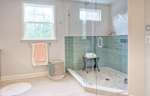 Kupatilo čisto kao suza: EVO na koji način možete da uklonite buđ sa tuš kabine uz pomoć JEDNOG sastojka