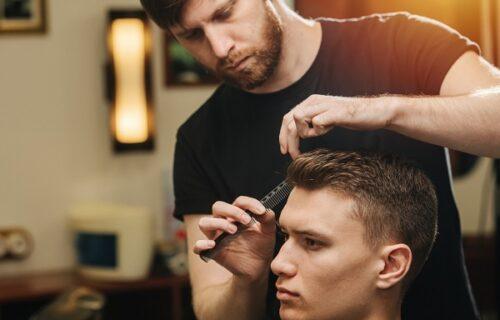 Besni frizer ostao bez bakšiša, pa se mušterijama osvetio na najsuroviji način