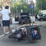 UŽAS u Novom Beogradu! Vozač BMW-a se ZAKUCAO u motor: Uplakan molio okupljene da ne zovu policiju (FOTO)