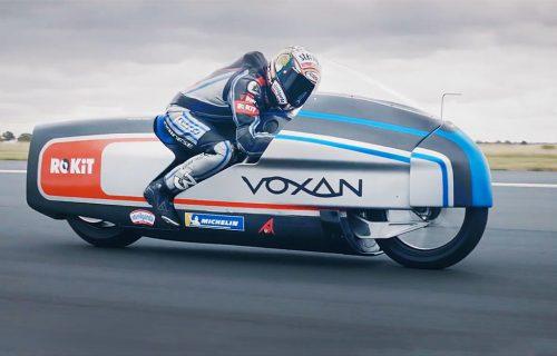 Na pomolu novi rekordi: Ovu električnu zver ukrotila je LEGENDA moto-sporta (VIDEO)