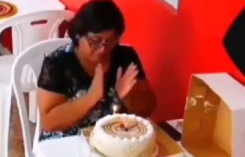 Slavila sama rođendan u restoranu, kad je pred duvanje svećica doživela veliko iznenađenje (VIDEO)