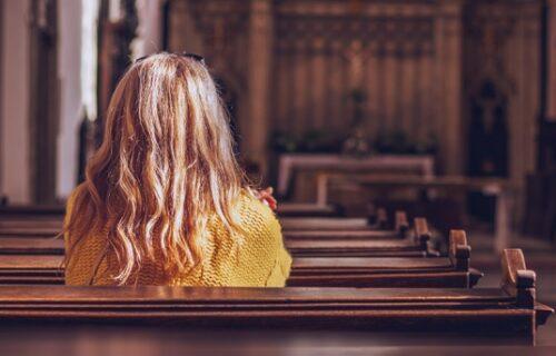 Supružnici tužili crkvu što im je na ulazu prišla LEPA ŽENA i priredila im neviđenu scenu