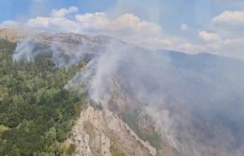 """POŽAR u kanjonu Tare: Vatrogasce spuštaju helikopterima, vatrena stihija """"udara"""" sa dve strane (VIDEO)"""