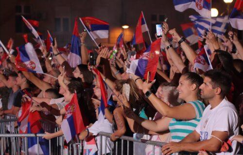 """HVALA, ŠAMPIONI! Emotivna scena na balkonu: Olimpijci i publika složno zapevali """"Bože pravde""""! (VIDEO)"""