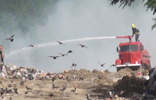 Gori deponija u Topoli: Ništa se ne vidi od GUSTOG dima, vatrogasci se bore sa PLAMENOM (FOTO)