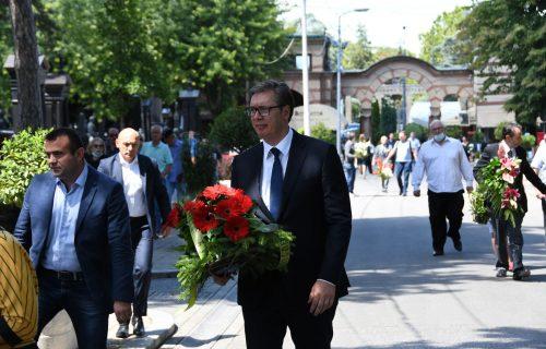 Vučić položio venac: Predsednik Srbije na sahrani Miroslava Lazanskog (FOTO)