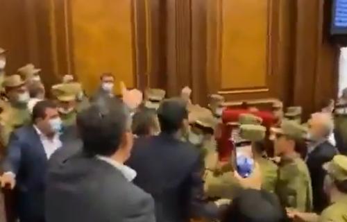 Masovna TUČA u jermenskom parlamentu: Pašinjana prekinuli usred govora, a onda je usledio HAOS (VIDEO)