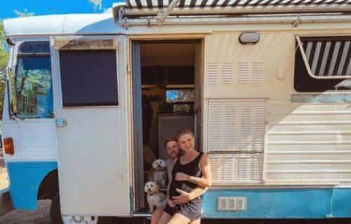 Oni žive u starom autobusu, uskoro očekuju i bebu, a zbog jedne stvari bi se svi menjali s njima (FOTO)