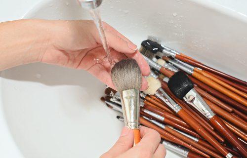 Četkice za šminku, bjuti blendere i sunđere za tuširanje redovno koristimo, ali da li ih redovno PEREMO?