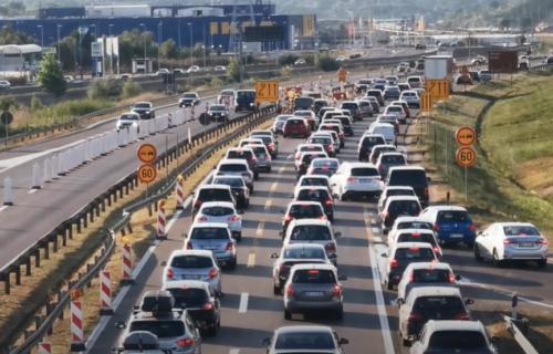 Nesnosne GUŽVE na ulazu u Beograd: Vozila MILE po auto-putu, svi se vraćaju sa putovanja