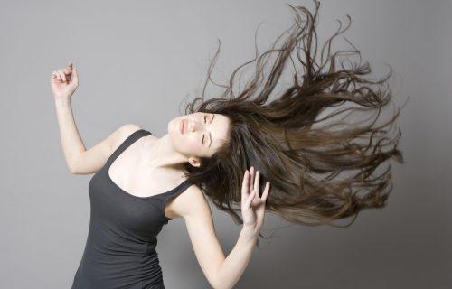 Dodajte jedan sastojak u šampon i preporodićete kosu: Trik koji je oduševio i frizere!