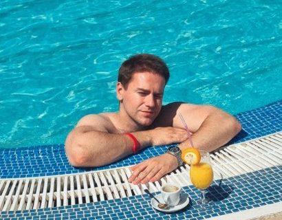 Luka Raco nakon RASKIDA otputovao na luksuznu destinaciju: Društvo mu pravi OVA koleginica (FOTO)