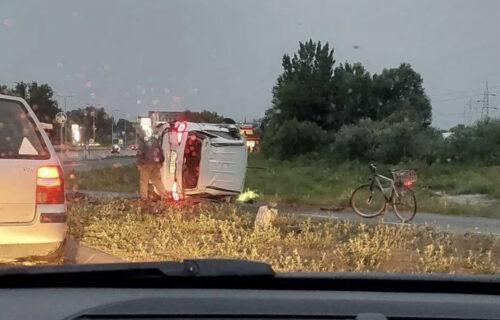 Terenac ULETEO u kružni tok i udario u banderu: Dve osobe POVREĐENE u udesu kod Novog Sada (FOTO+VIDEO)