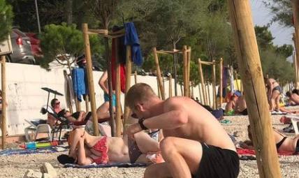 NAJNEVEROVATNIJI prizor na plaži ovog leta? Ono što je mladić uradio pokrenulo je LAVINU komentara (FOTO)