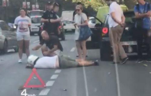 STRAŠAN sudar u centru Beograda: Muškarac NEPOMIČNO leži na ulici, policija na licu mesta (VIDEO)