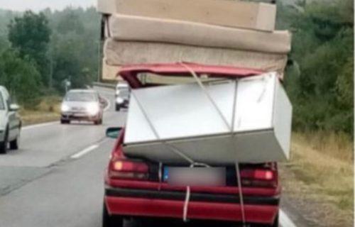 Natovario kola, pa pravac Ibarska: Fotografija NASMEJALA celu Srbiju, kuda je krenuo ovaj vozač? (FOTO)