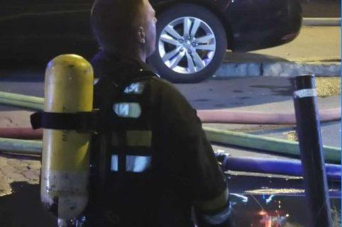 Otkriveno KO je vatrogasac koji je pao na kolena u Bloku 70: Krstio dečaka (1) kog je SPASIO iz požara