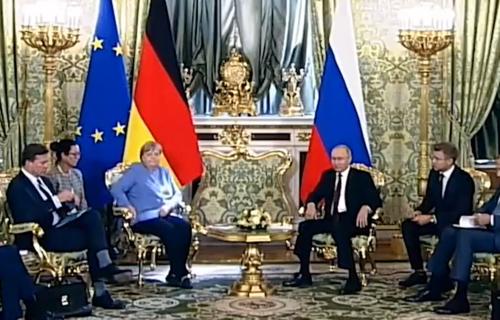 Angeli Merkel ZAZVONIO TELEFON na sastanku sa Putinom: Njegova reakcija je urnebesna (VIDEO)