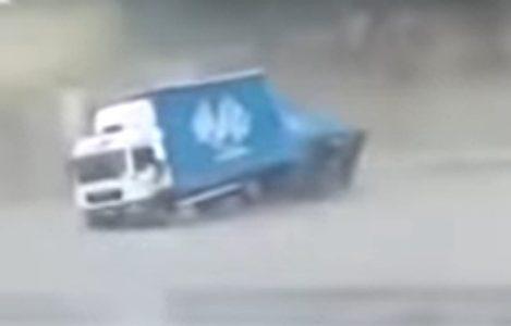 Jako NEVREME zahvatilo region: Vetar rušio krovove i rušio stabla, kamion se prevrnuo nasred puta (VIDEO)