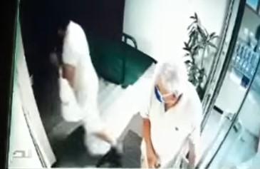 BESRAMNIK! Nezapamćena KRAĐA u Beogradu: Muškarac ukrao deki torbu pred zgradom (VIDEO)
