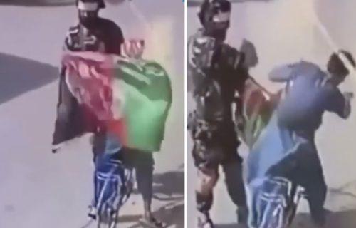 Avganistanac PONOSNO poneo zastavu svoje zemlje: Prišao mu NAORUŽANI taliban, evo šta se desilo (FOTO)
