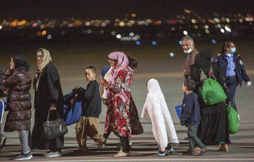 U Prištinu sleteo prvi avion sa izbeglicama iz Avganistana: Dve stvari su ODMAH URAĐENE (FOTO)
