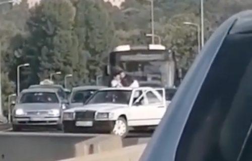 HAOS na mostu na Adi: Dva muškarca izašla iz vozila, pa počelo PESNIČENJE, saobraćaj blokiran (VIDEO)