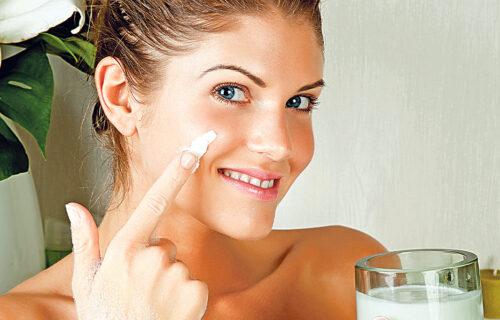 Jogurt kao lek za kožu: Napravite DOMAĆI PILING protiv bora i crnih mrlja na licu