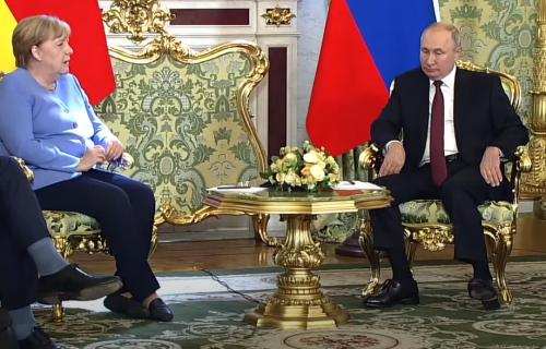 Malo je reći da je sve oduševio: O Putinovom POKLONU govori čitava planeta, Angela se RAZNEŽILA (VIDEO)
