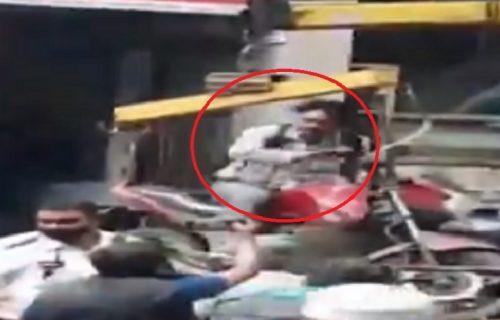 Nije hteo da siđe s motocikla dok ga je odnosio pauk, pa završio u vazduhu (VIDEO)