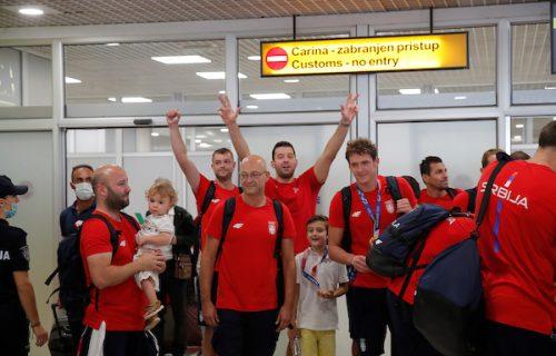 Zlatni vaterpolisti i Prekovićka stigli u Beograd! Odmah je na aerodromu zagrmelo: Šampioni! (VIDEO)