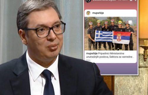 Predsednik Vučić podelio FOTOGRAFIJU: Srpski i grčki vatrogasci sa ZASTAVAMA na Eviji (FOTO)