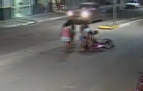 Prevario sudbinu: Prvo ga UDARIO jedan auto, pa ga za nekoliko sekundi PREGAZIO drugi (VIDEO)