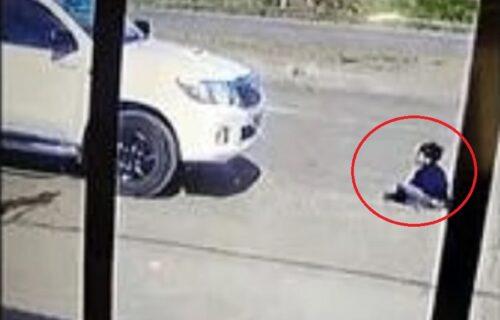 Čudo! Pregazio dete automobilom, mališan potom ustao i došetao do vozača (VIDEO)