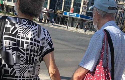 RETKO viđena scena: Baka i deka uradili JEDNU stvar u Novom Sadu i privukli veliku pažnju (FOTO)