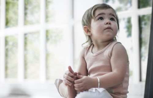 Okrenuće se da vidi odakle ZVUK dolazi: Kada će beba početi da se odaziva na svoje IME?