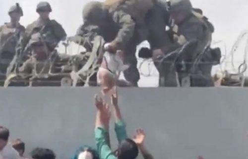 NAJPOTRESNIJI prizor iz Avganistana: Roditelji BEBE prebacuju preko ograde američkim vojnicima (VIDEO)