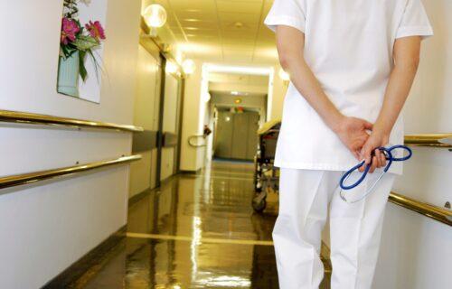 """""""Zadnjica mi GORI!"""": Odvela BABU kod lekara, pa doživela šok kada je medicinska sestra ušla u sobu"""